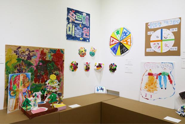 미술치료에 참여한 장애어린이들이 다양한 재료로 공동 작업한 작품