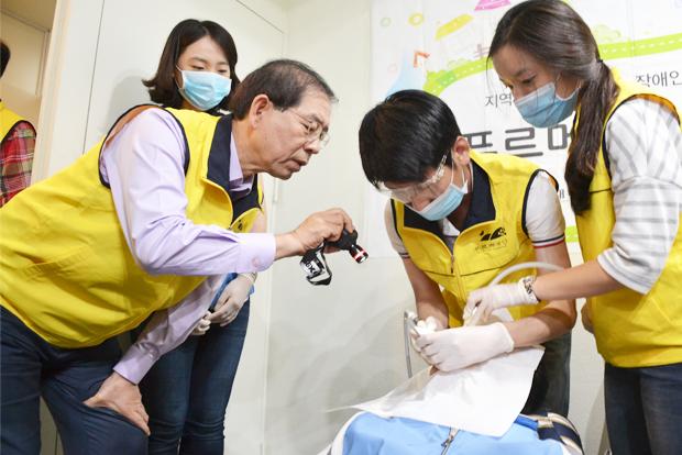 2014년 동대문 쪽방촌 주민들의 깨끗한 치아를 위해 구슬땀을 흘린 이민종 님