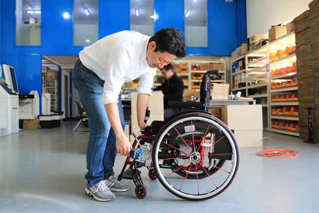 사용자의 휠체어에 장착된 토도 드라이브를 세심히 살피고 있는 심재신 대표.