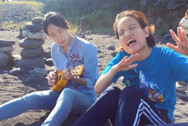 좋아하는 노래를 부르며 일상을 함께하는 두 자매 (출처 : 다음 영화)
