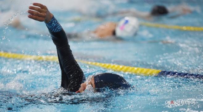22일 서울 마포구 마포푸르메스포츠센터에서 열린 '2019 제6회 서울시 발달장애인 수영대회'에서 참가선수가 힘찬 레이스를 펼치고 있다. /김현우 기자