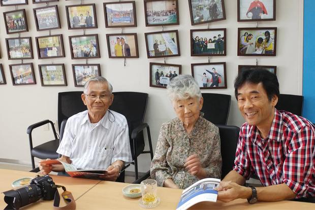 담소를 나누고 있는 노무라 할아버지, 요리코 할머니, 아들 마코토 씨
