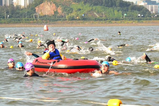 수영 1.5km의 도착지점으로 향하고 있는 은총부자