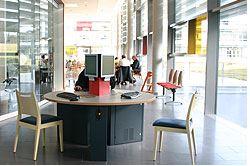 ▲ 카페, 상점, 미용실, 마사지실, 휴게실 등 다양한 편의시설이 마련된 병원 로비(출처 : www.hoehenried.de)