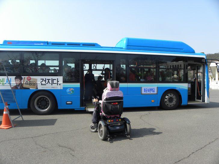 ▲ 휠체어 탑승이 가능한 저상버스로 교체된 해군사관학교 셔틀버스