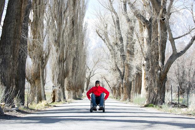 휠체어를 타고 여행하는 장애인