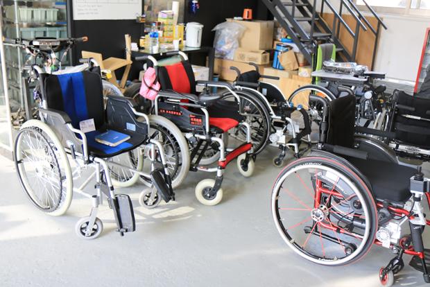 경기도 시흥 토도웍스 공장에서 전동 키트 장착을 기다리고 있는 휠체어들.