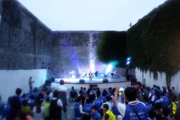 서귀포 예술극장의 무료공연을 즐기고 있는 발달장애인과 가족들