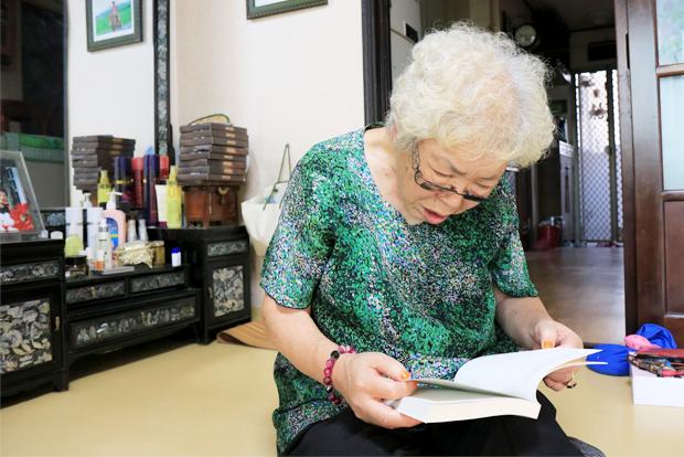 푸르메재단이 선물한 장애어린이 엄마들 이야기에 관한 책을 살펴보고 있는 모습