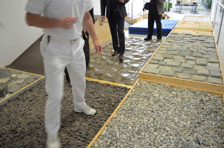▲ 다양한 보행환경을 경험하도록 자갈, 벽돌 등 여러 질감으로 구현된 바닥