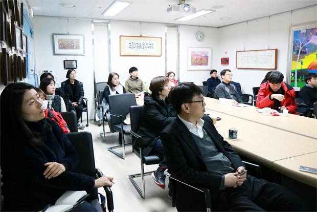 홍보 전문가들의 강연에 열중하고 있는 홍보담당자들