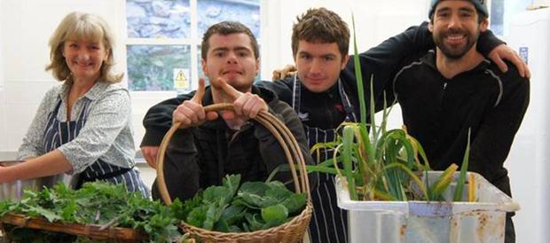 직접 재배한 농산품을 시민들에게 알리는 학생들