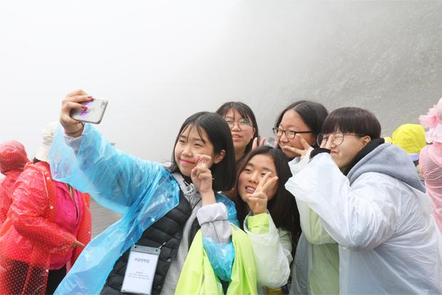 백두산 천지에 도착해 기념사진을 찍고 있는 참가자들
