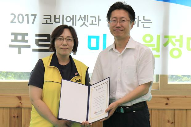 푸르메재단 박금희 사무국장에게 감사장을 전달받은 조준희 원장