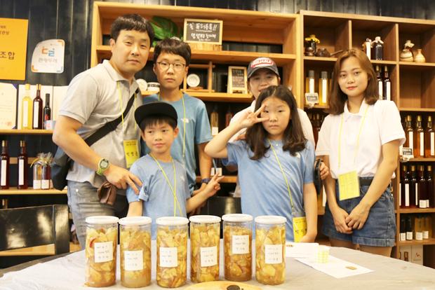 효성 임직원 가족과 함께 천연발효식초를 만들고 기념사진을 찍은 성준이 가족