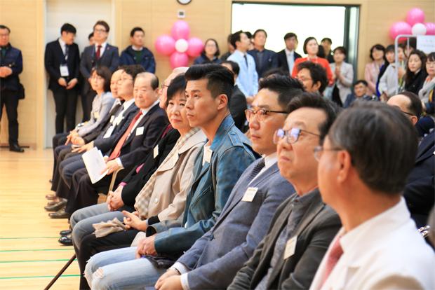 병원 개원 1주년을 축하하기 위해 참석한 기부자와 관계자들.