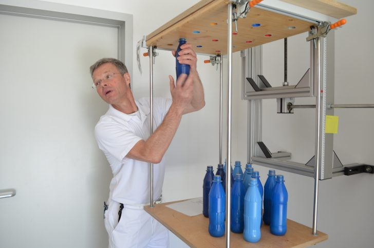 ▲ 플라스틱 병을 끼우는 시범을 보이고 있는 물리치료장
