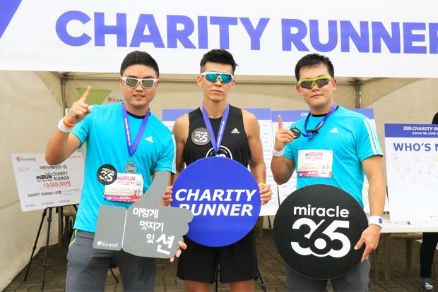 션 홍보대사와 기념사진을 찍은 참가자 한병선 씨와 김민우 씨