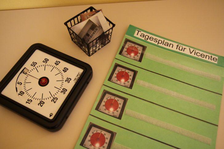 ▲ 시간을 숫자가 아닌 색깔로 인식하도록 만들어진 '타임타이머'. 시간을 입력하고 작동시키면 빨간색이 줄어들어 시간이 감소하는 것을 인지할 수 있다. 벨크로(찍찍이)로 된 이미지를 부착해 타임스케줄을 만들 수 있는 것이 특징.