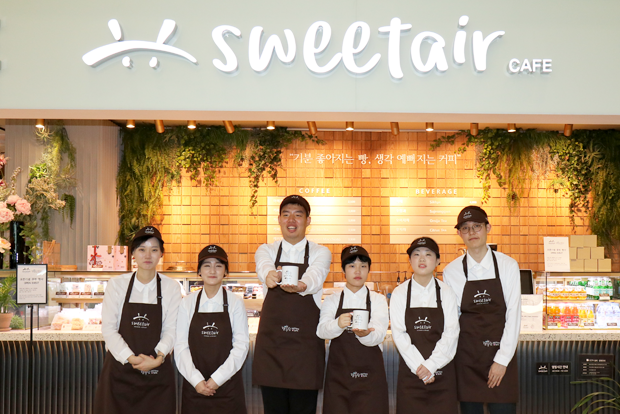 인천공항 행복한베이커리&카페 매장의 장애인 바리스타와 비장애인 직원들
