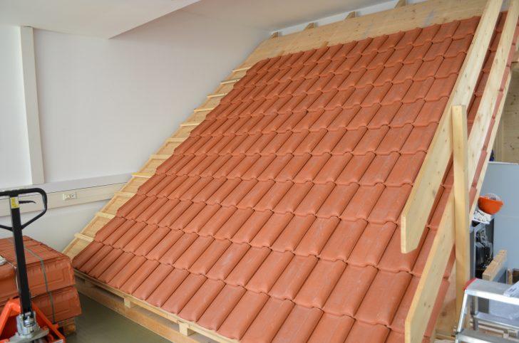 ▲ 실제 지붕처럼 가파른 높이에서 기와를 설치해볼 수 있는 환경
