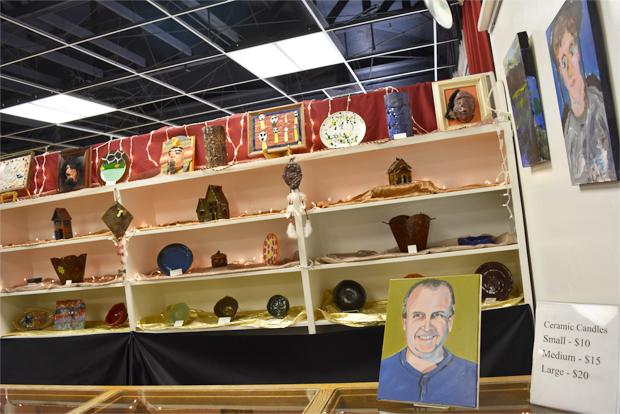 다양한 작품들이 전시된 갤러리.