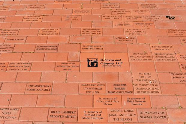 후원자들의 이름이 새겨진 기부벽돌.
