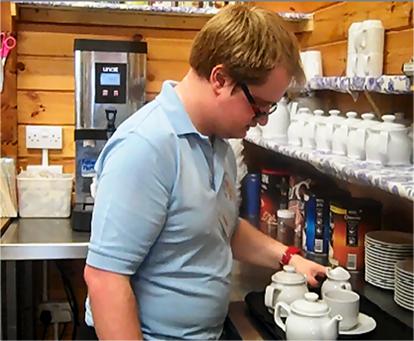 카페 이용주민을 위해 커피를 만드는 학생