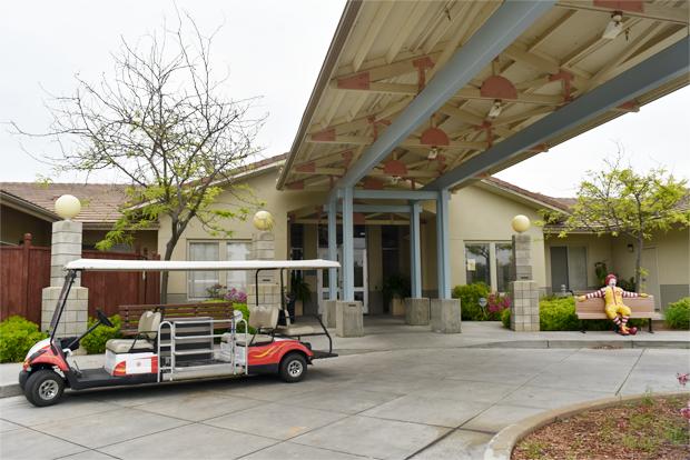 병원 본관을 오가는 순환버스와 맥도날드 인형이 있는 가족호텔 입구