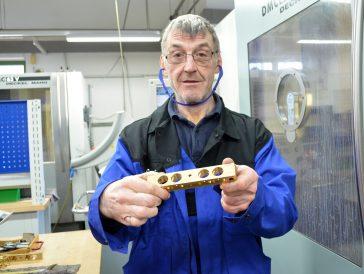 ▲ 기계부품 공정에서 자신이 생산한 생산품을 들고 있는 로벤트 베르빅(Robent Berbig)씨. 24년간 일했다는 로벤트 베르빅 씨는 상당한 프로 직업인임을 느낄 수 있다.