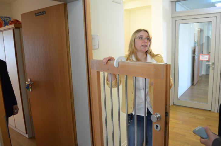 ▲ 난간을 잡고 오르거나 벽에 걸쳐 있기를 좋아하는 장애인의 근력 운동을 지지해 주기 위해 추가적으로 설치한 문