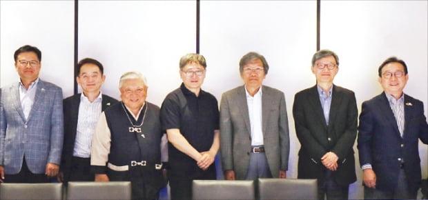 박점식 천지세무법인 회장(오른쪽 첫 번째), 박태규 푸르메재단 공동대표(두 번째), 이일영 넥슨어린이재활병원 원장(다섯 번째), 배문찬 이피코리아 대표(여섯 번째) 등이 기념사진을 찍고 있다.